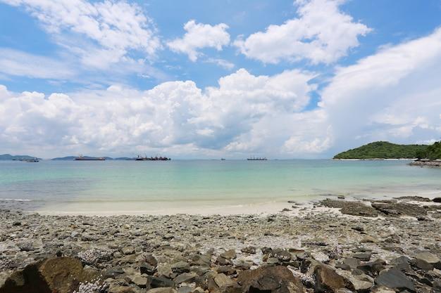 Area costiera di koh sichang nella provincia di chonburi, splendida vista sul mare.
