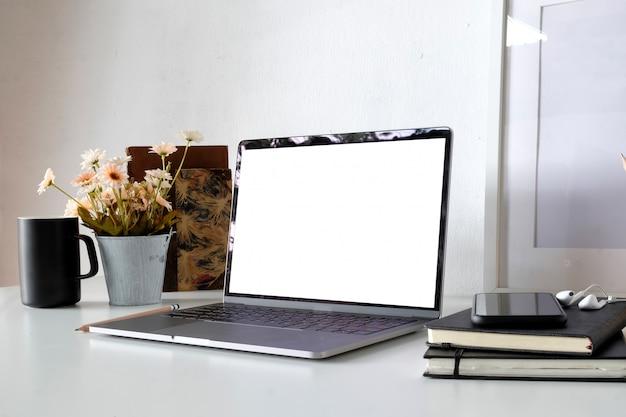 Area di lavoro con computer portatile, impianto di forniture per ufficio a casa o in studio. modello.