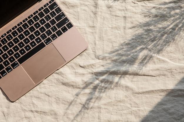 Area di lavoro con laptop e ombre. elegante scrivania. autunno o inverno. natale . vista piana, vista dall'alto