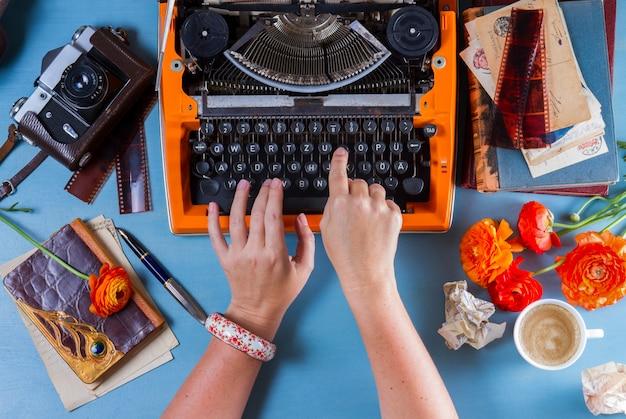 Area di lavoro con macchina da scrivere vintage arancione