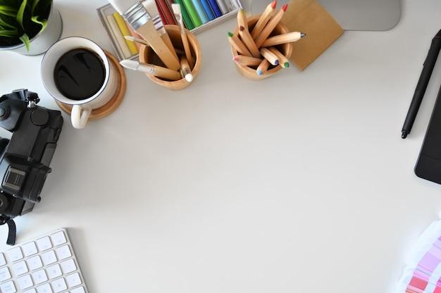 Area di lavoro creativa dell'artista con forniture per designer e spazio per la copia