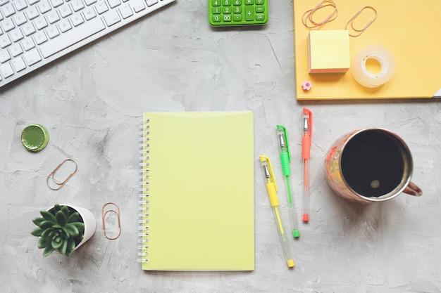 Area di lavoro del desk di home office freelance. vista piana, vista dall'alto, modello di intestazione eroe dei social media.