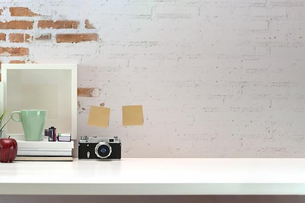 Area di lavoro del fotografo minimalista e spazio di copia