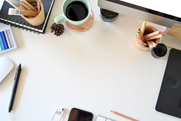 Area di lavoro dell'artista vista dall'alto, materiale creativo e spazio per la copia