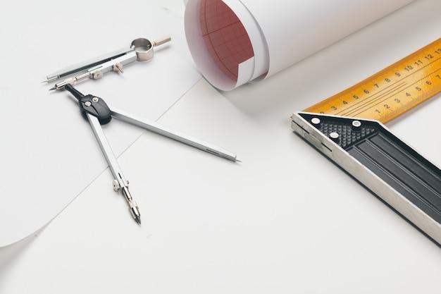 Area di lavoro dell'ufficio con carta bianca, matite e vari strumenti di disegno, vista dall'alto