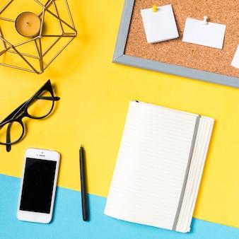 Area di lavoro dello scrittorio con vari elementi