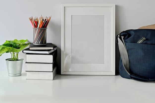 Area di lavoro e copia spazio, scrivania bianca e poster mockup