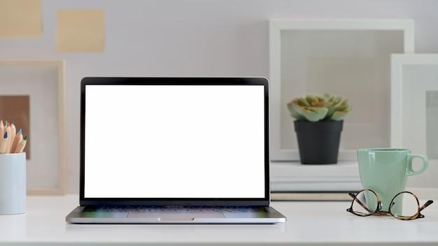 Area di lavoro elegante con finto computer portatile.
