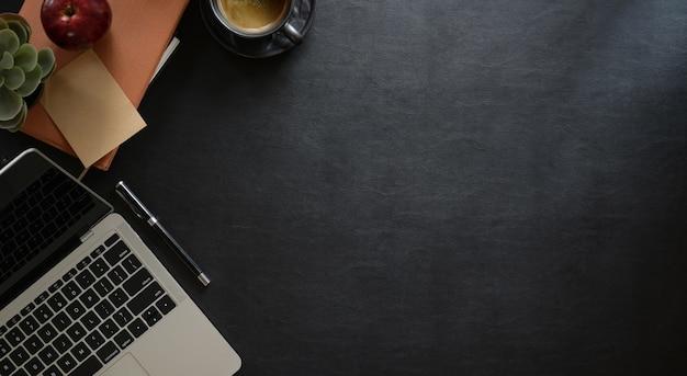 Area di lavoro in pelle per ufficio con spazio laptop e copia