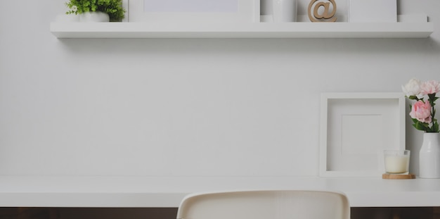 Area di lavoro minima con copia spazio e decorazioni sullo scaffale