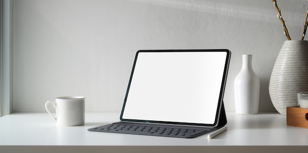 Area di lavoro minima con spazio per tablet e copia digitale a schermo vuoto