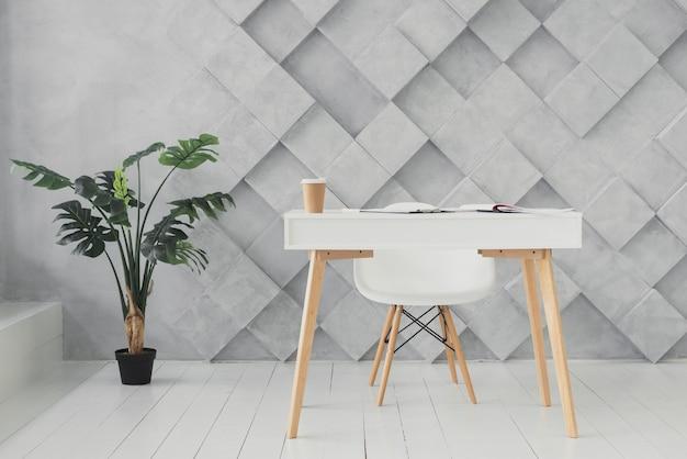 Area di lavoro minimalista con uno sfondo futuristico
