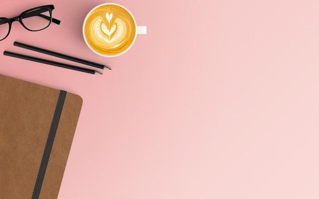 Area di lavoro moderna con tazza di caffè e taccuino su colore rosa