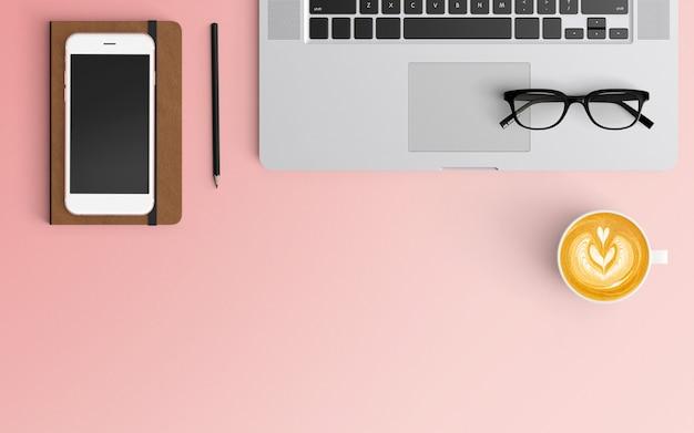 Area di lavoro moderna con tazza di caffè, notebook, smartphone e laptop su colore rosa