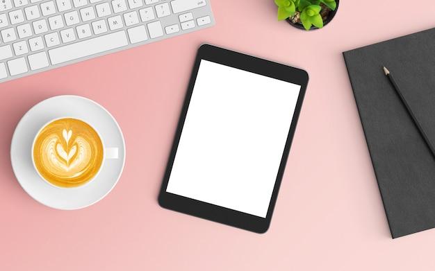 Area di lavoro moderna con tazza di caffè, taccuino, tastiera e smartphone su colore rosa