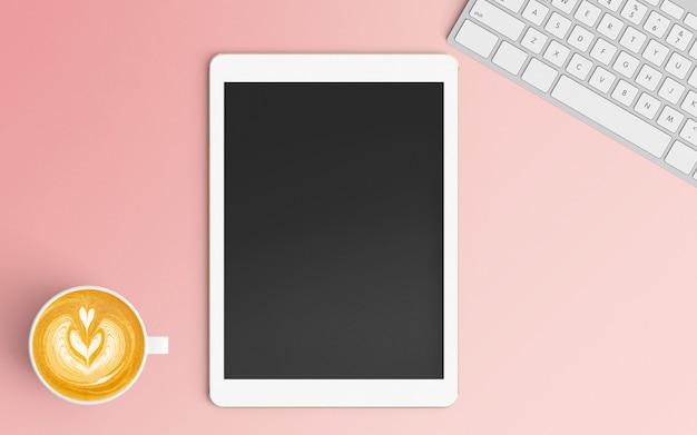Area di lavoro moderna con tazza di caffè, tastiera e tablet su colore rosa