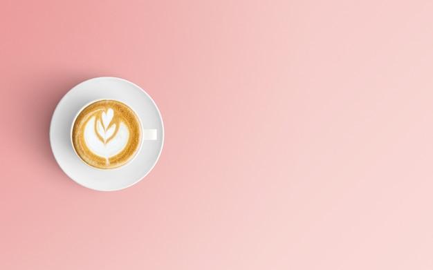 Area di lavoro moderna con una tazza di caffè sul colore rosa