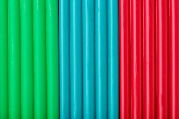 Argilla morbida da bricchette di colore verde, blu e rosso per la modellazione