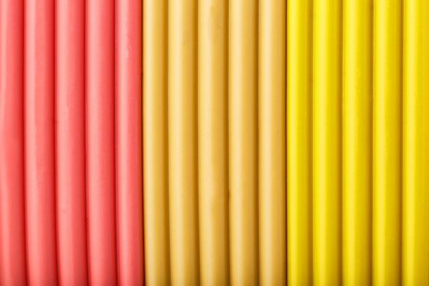 Argilla morbida da bricchette di rosa, beige e giallo per la modellazione