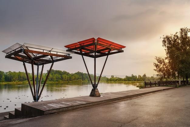 Argine del fiume yenisei, krasnoyarsk. splendida veranda con gazebo e tettoie. disposizione dell'argine. progettazione urbana. abbellimento e bella vista serale del paesaggio.