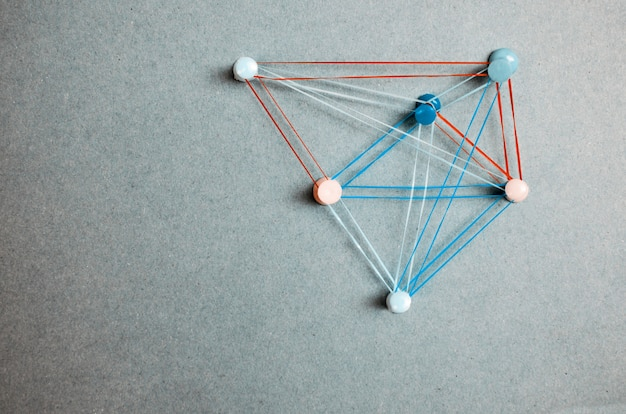 Argomenti di connettività della soluzione di strategia. macchie collegate con le linee variopinte e perni su gray