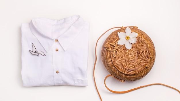 Armadio estivo femminile minimalista - borsa di paglia e camicia di lino