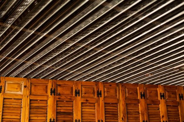 Armadio in legno con lenzuola sul soffitto