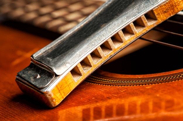 Armonica vintage con chitarra acustica