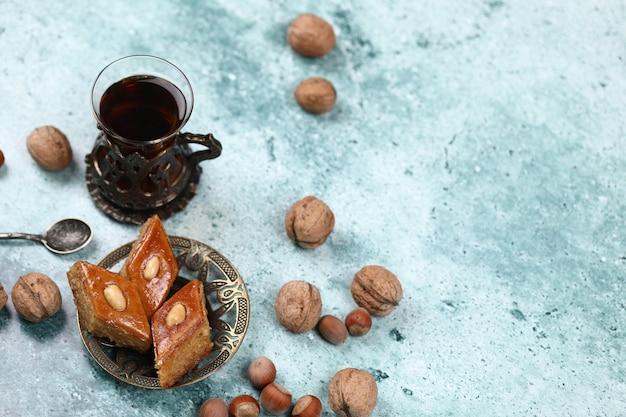 Armudu tradizionale (tazza di tè) con pakhlava