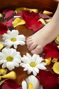 Aromaterapia, fiori piedi bagno, petali di rosa
