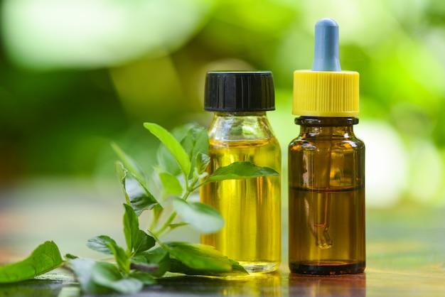 Aromaterapia olio di erbe aromatiche bottiglie con foglie