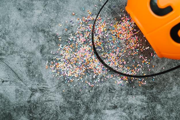 Arrangiamento con confetti e cesto di halloween