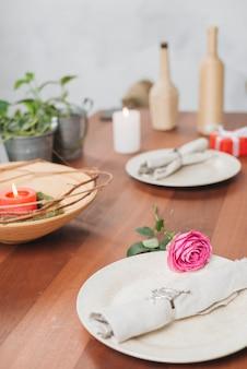 Arrangiamento romantico di cena con rosa