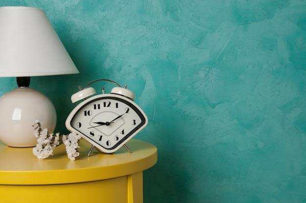 Arredamento camera da letto su parete color acquamarina