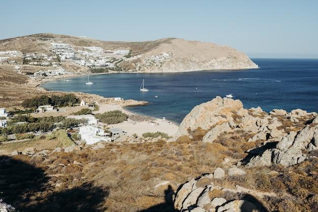 Arredamento di nozze arco rotondo fatto di fiori mentre si trova sulla riva con grande vista sul mare alle spalle