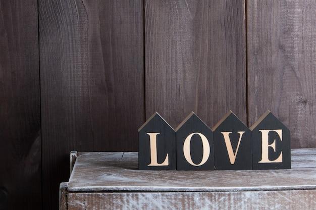 Arredamento interno sulla parete di legno. la parola