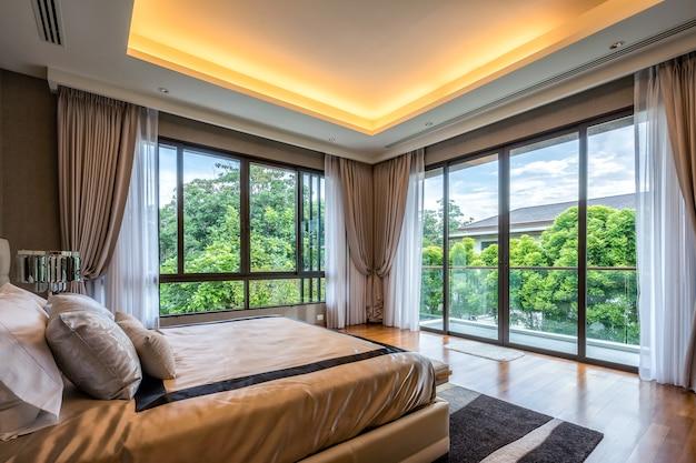 Arredamento moderno per camera da letto e attrezzature per un'esperienza confortevole e riposante.