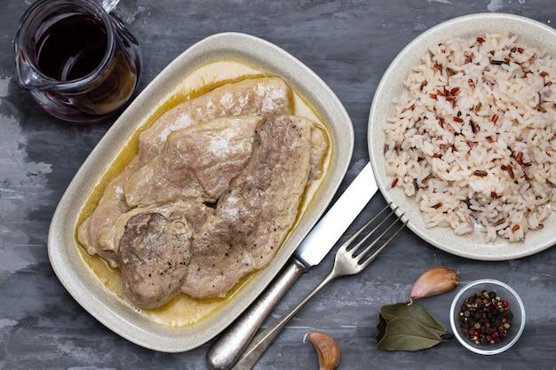 Arrosto di maiale con salsa nel piatto