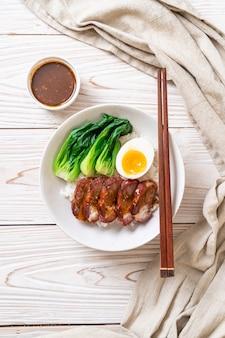 Arrosto di maiale rosso barbecue su riso sormontato