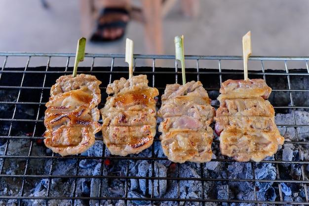 Arrosto di maiale sul fornello, cibo da strada della thailandia