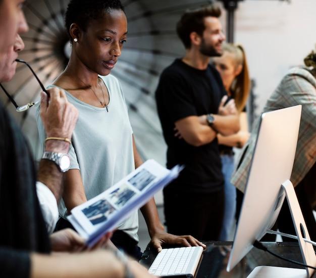 Art director che controlla le foto su un monitor