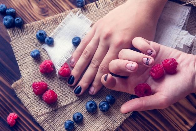 Art manicure e bacche