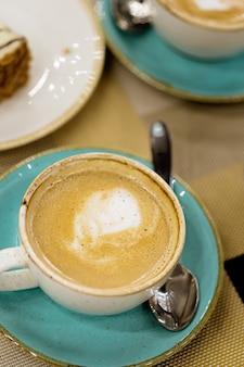 Arte del latte della tazza di caffè su una tabella