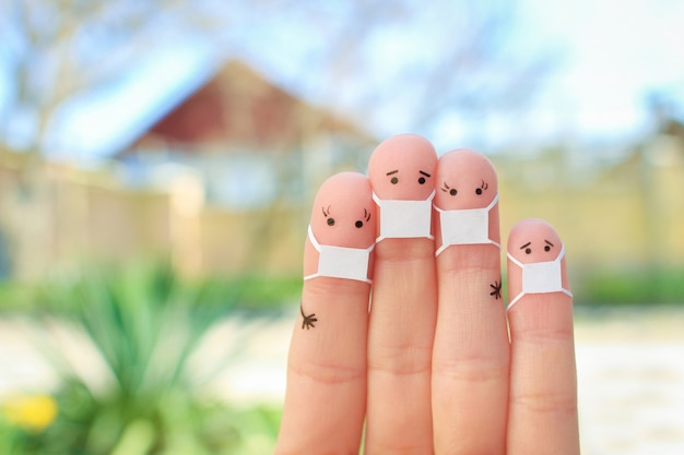 Arte delle dita della famiglia con maschera.