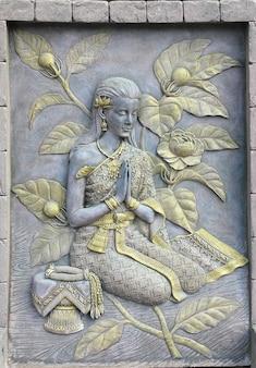 Arte tailandese della statua della donna in tempio tailandese