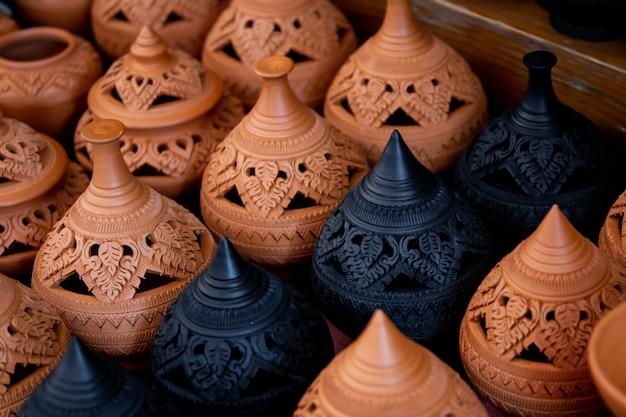 Arte tailandese tradizionale sulla fine del vaso di argilla su.