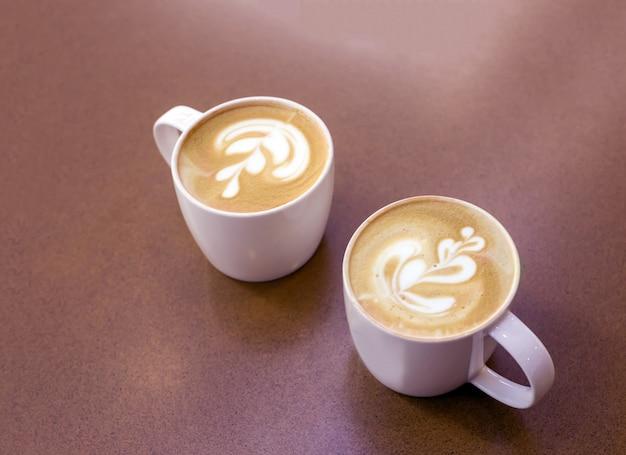 Arte tardiva sulla tazza di caffè su legno
