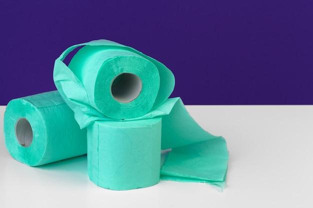 Articoli da toeletta. rotoli di carta igienica verde