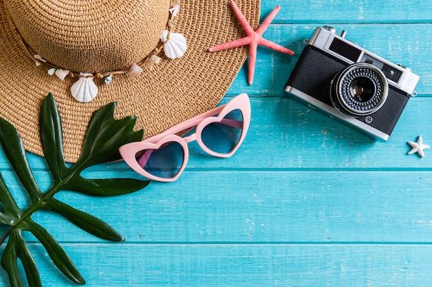 Articoli degli accessori di viaggio su fondo di legno, vacanze estive