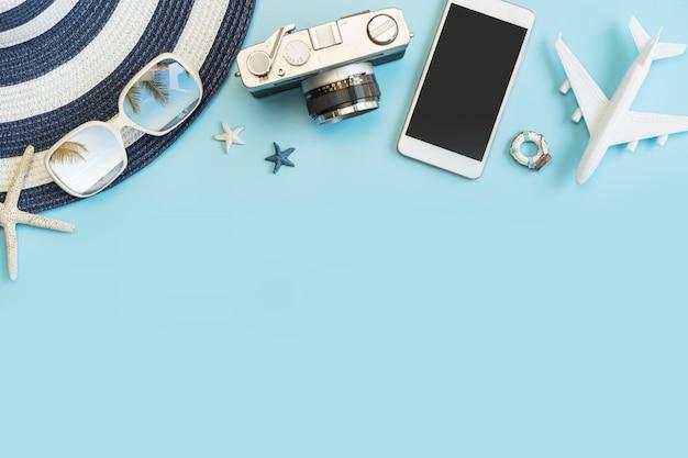 Articoli degli accessori di viaggio sul fondo di colore, concetto di vacanze estive